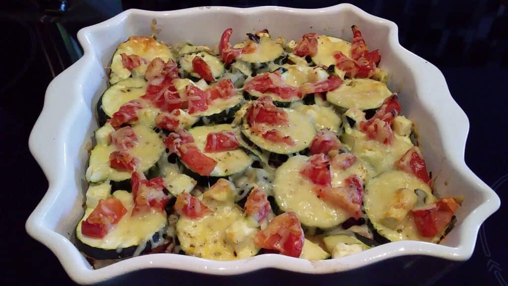 Recette healthy : Gratin de courgettes et de tomates au thon fraîchement sorti du four